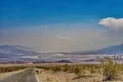 沙漠高速公路向死亡谷国家公园 免版税图库摄影