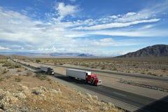 沙漠高速公路莫哈韦沙漠 免版税库存图片