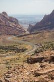 沙漠高速公路风通过陡峭的岩石墙壁 免版税库存图片