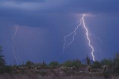 沙漠高闪电触击 免版税库存图片