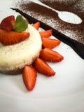 沙漠Leopolis chokolate草莓黑白奶油甜点 免版税库存照片