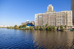 沙特吉达12月2日2018现代公寓单元与天空蔚蓝,住在的地方的城市 吉达 沙特阿拉伯02-12-2018 免版税库存图片
