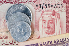 沙特阿拉伯钞票的硬币 免版税库存图片