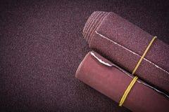 沙纸在擦亮的板料研磨剂工具滚动 免版税库存照片