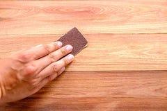 沙纸洗刷木头 免版税库存照片