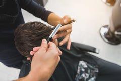 沙龙的专业理发师服务人 图库摄影