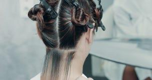 沙龙的白种人妇女有与专业头发梳妆台的一种头发治疗 股票录像