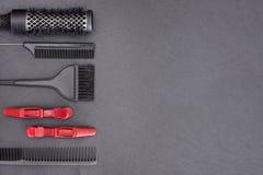 沙龙美发师辅助部件,梳子,应用刷子 免版税库存图片