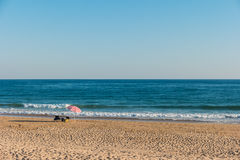 沙滩伞和两把椅子在海滩设定了 免版税库存照片