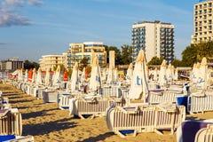 沙滩伞和太阳懒人在海滩 免版税库存图片