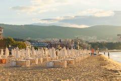沙滩伞和太阳懒人在海滩 免版税库存照片