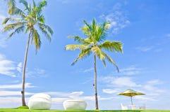 沙滩伞和Sunbath位子在位于肋的区域Negambo,斯里兰卡的一家热带旅馆里 库存照片