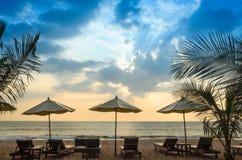 沙滩伞日落和天空剪影  免版税库存照片