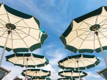 沙滩伞行在透视的 免版税库存图片