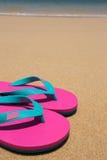 沙滩和桃红色凉鞋 免版税库存照片