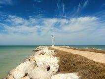 沙滩和海洋全景whith灯塔 库存图片
