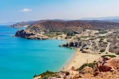沙滩和盐水湖有清楚的大海的在克利特海岛在锡蒂亚镇,希腊附近 免版税库存照片