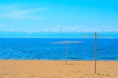沙滩和蓝色湖 免版税库存照片