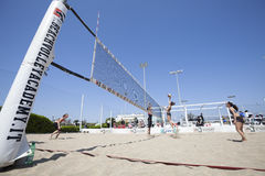 沙滩排球比赛妇女 地点:Ostia,罗马 意大利 库存照片