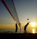 沙滩排球球员剪影  免版税库存照片
