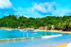 沙滩绿松石在用密林盖的岩石背景的海水-海湾El Nido 免版税库存照片