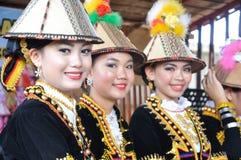 从沙巴马来西亚婆罗洲的Kadazan Dusun当地人的可爱的夫人 库存图片