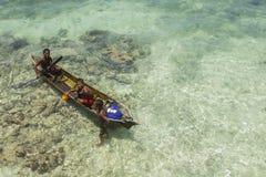 沙巴,马来西亚- 11月19 :在a的未认出的Bajau Laut孩子 免版税库存照片