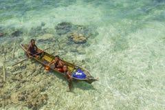 沙巴,马来西亚- 11月19 :在a的未认出的Bajau Laut孩子 免版税库存图片
