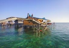 沙巴,马来西亚- 11月19 :未认出的Bajau Laut哄骗使用在2015年11月19日的桥梁 免版税库存图片