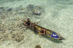 沙巴,马来西亚- 11月19 :未认出的Bajau Laut在一条小船哄骗在2015年11月19日的Mabul海岛 库存图片
