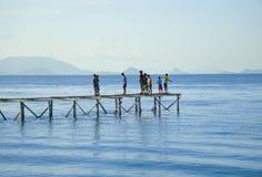 沙巴,马来西亚- 11月19 :未认出的Bajau Laut在2015年11月19日的马伊加海岛哄骗走和使用在桥梁 库存图片