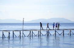 沙巴,马来西亚- 11月19 :未认出的Bajau Laut孩子步行 免版税库存照片