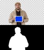 沟槽的人走和拿着有蓝色屏幕大模型的片剂提出某事,阿尔法通道 库存照片