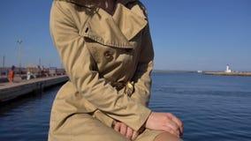沟槽的可爱的年轻白肤金发的妇女带着葡萄酒手提箱坐Jacht码头、掀动和锯框 股票录像