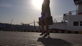 沟槽的可爱的年轻白肤金发的妇女带着葡萄酒手提箱走在海洋驻地的 股票视频
