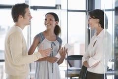 沟通在办公室的商人 免版税库存图片