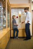 沟通在商店的验光师和男孩 免版税图库摄影