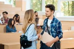 沟通在大学的男孩和女孩 免版税库存照片