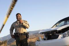 沟通在携带无线电话的交通警 库存照片