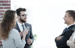 沟通在正式会议开始前的商务伙伴 库存图片
