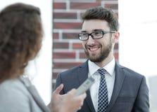 沟通在正式会议开始前的商务伙伴 免版税图库摄影