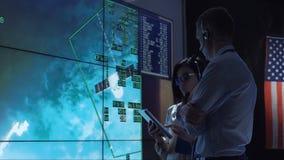 沟通在空间飞行中心的人们 股票录像