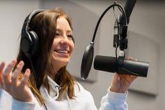 沟通在话筒的一位女性骑师的特写镜头在无线电演播室 免版税图库摄影