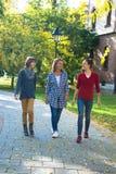 沟通愉快的家庭,当走在公园时 免版税库存照片