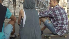 沟通无忧无虑的愉快的学生放松在街道和,友谊 影视素材
