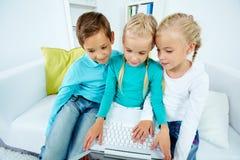 沟通的孩子 免版税库存图片