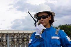 沟通的工程师女性年轻人 免版税库存照片