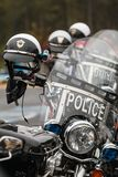 没人住的警察摩托车排队,在慈善骑自行车的人乘驾前 免版税库存图片