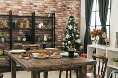 没人有圣诞节膳食的空的餐厅 免版税库存图片