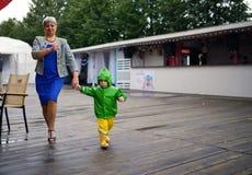 没得到的湿衣裳愉快的小男孩与祖母一起 库存图片